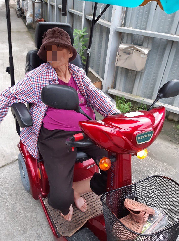 老婦人因迷路困在交流道車陣中,員警獲報後趕抵現場將其帶回警局。記者陳俞安/翻攝