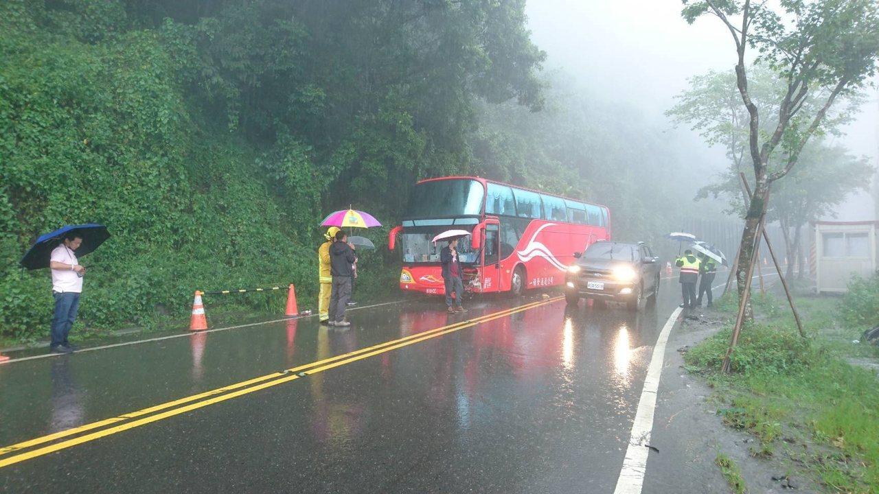 1輛載18名陸客團的遊覽車中午在嘉義縣阿里山公路 78 公里,竹崎鄉十字村路段,...