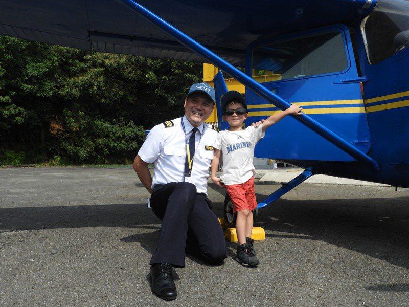 現場吸引許多家長帶著小孩與塞斯納172型天鷹分機合影,機師也熱情的一同合影。記者高宇震/攝影