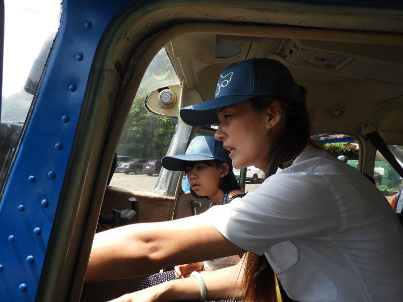 女機師在塞斯納172型天鷹飛機內,為學童介紹飛機儀表板。記者高宇震/攝影
