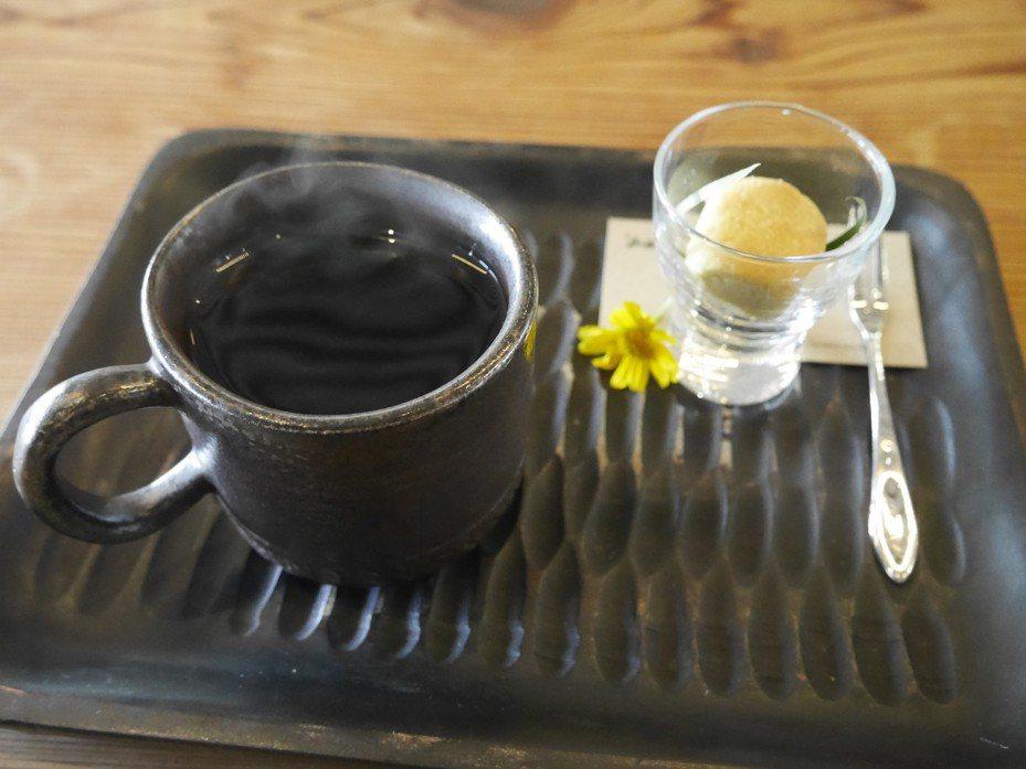 山城食堂的招牌飲料「左手右手咖啡」,用左手跟右手拿著喝味道竟然不太一樣,令人嘖嘖稱奇。記者吳淑君/攝影