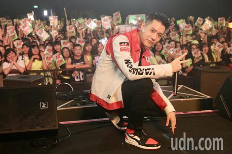 周湯豪下午在Legacy Taipei舉行《WHAT A LIFE》台北簽唱會,現場演唱新歌,嗨翻全場粉絲。