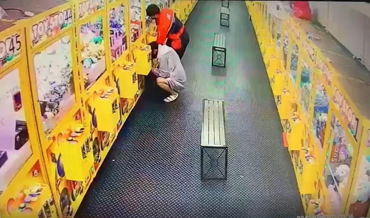 黃男見娃娃機內的護手霜好偷,以撞擊方式竊走上百條。記者柯毓庭/翻攝