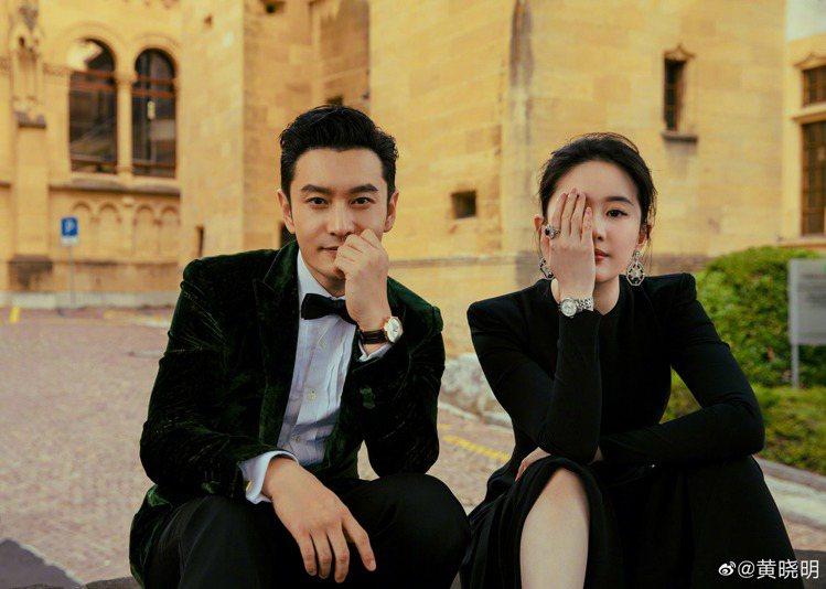 黃曉明(左)與劉亦菲同框配戴天梭Carson系列自動上鍊腕表。圖/摘自微博