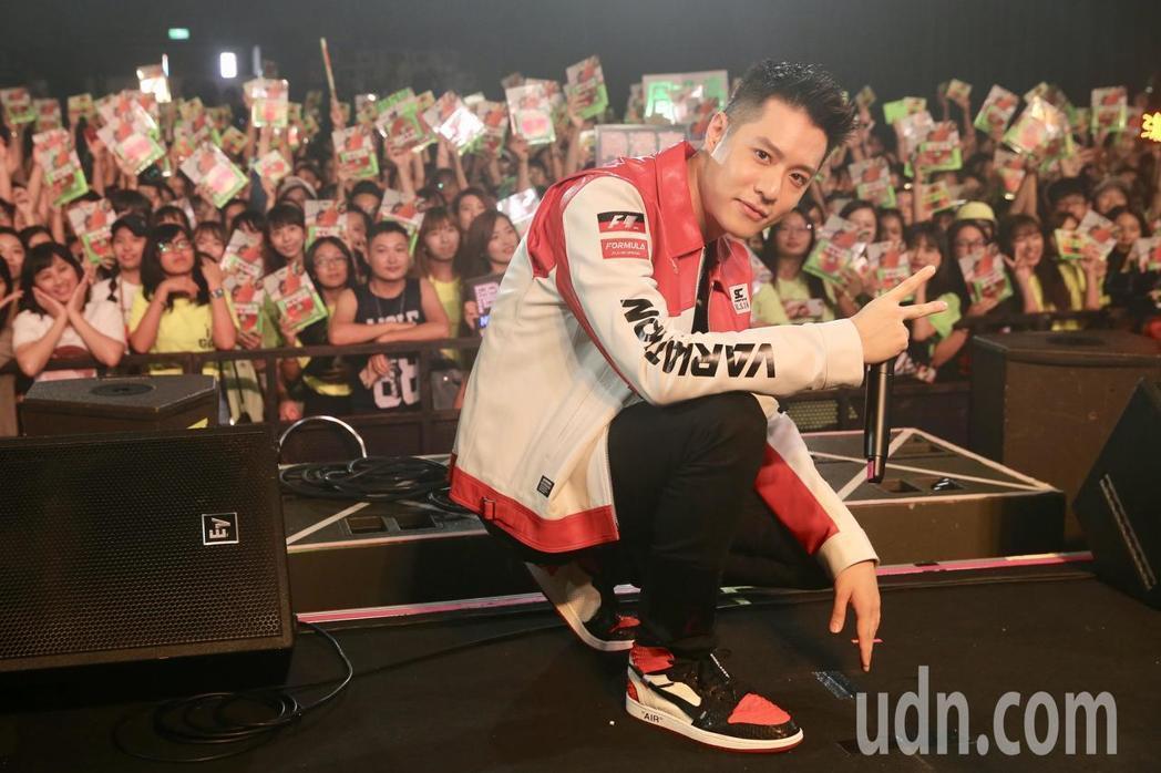 周湯豪11日在Legacy台北舉辦「WHAT A LIFE」簽唱會。記者林伯東/...