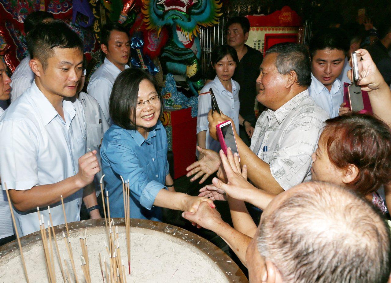 總統蔡英文(中)參拜板橋慈惠宮,並表示給她再四年保主權顧民生。記者曾原信/攝影
