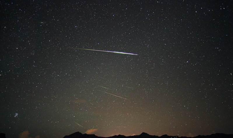 今年英仙座流星雨極大期落在8月12日到8月13日晚間,每小時可見到50至75顆流星,最高達110顆。圖/南瀛天文館提供