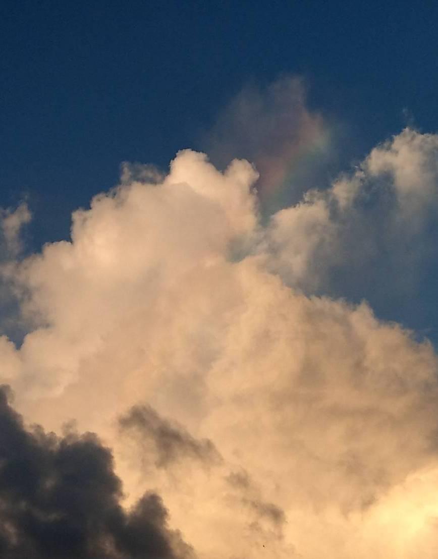 龜山島鄰近海域的上空出現3次「火彩虹」,巧合是的,最近不是颱風就是地震,龜首還坍...