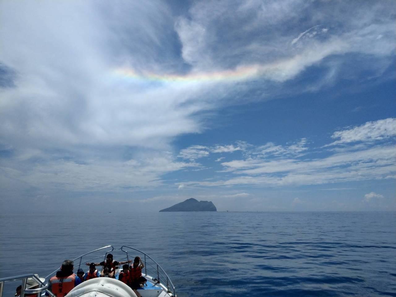 遊客前往賞鯨時,親眼目睹龜山島上空出現「火彩虹」。巧合是的,最近不是颱風就是地震...
