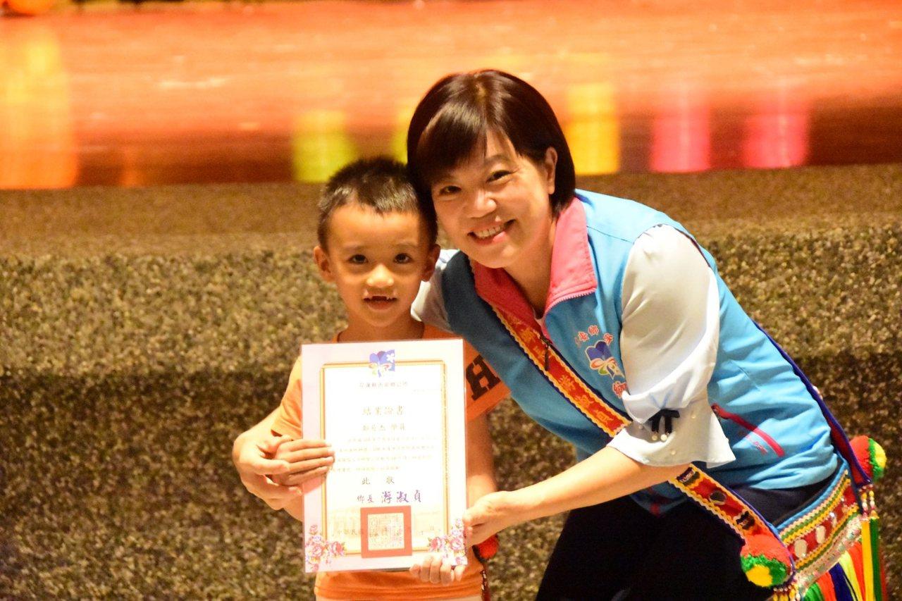 年僅6歲的鄭小弟弟(左)喜歡唱歌,從小接觸阿美族歌謠文化,吉安鄉長游淑貞鼓勵繼續...