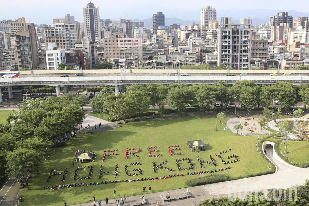 多個NGO團體下午在中央藝文公園排出「FREE HONG KONG 」字體,表達...