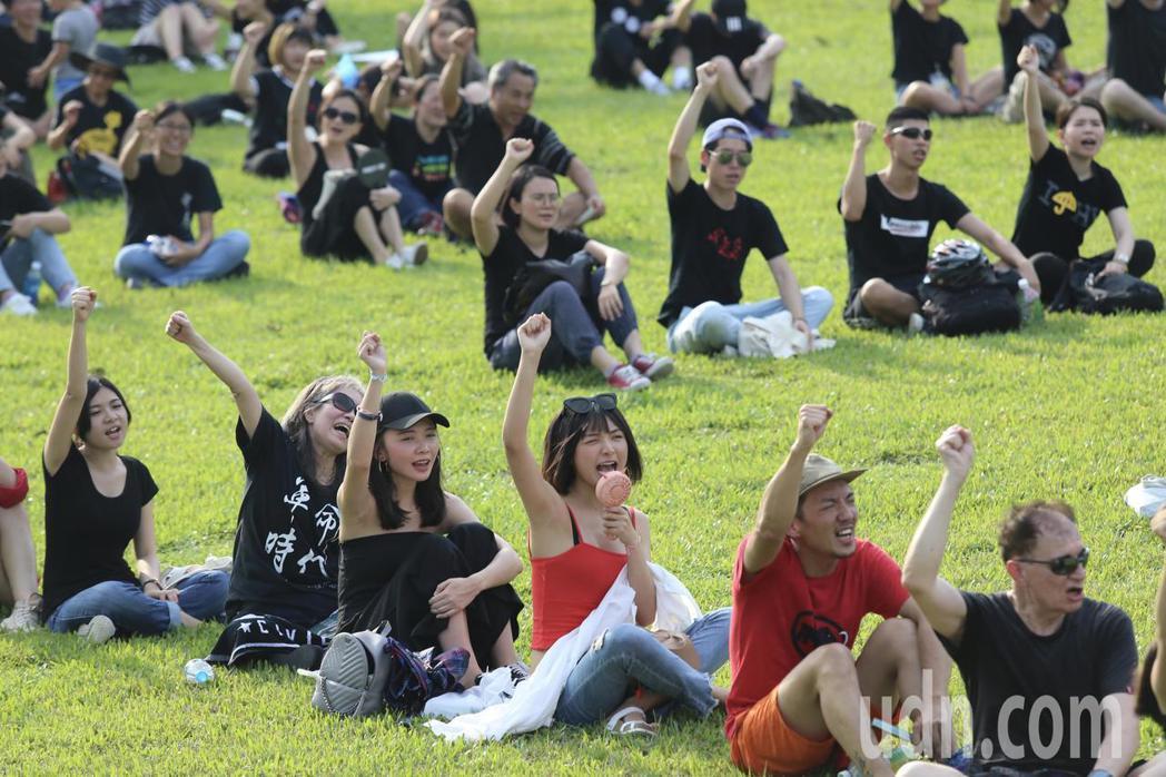 多個NGO團體下午在中央藝文公園舉行「挺人權 撐香港 護民主」排字活動,參與民眾...