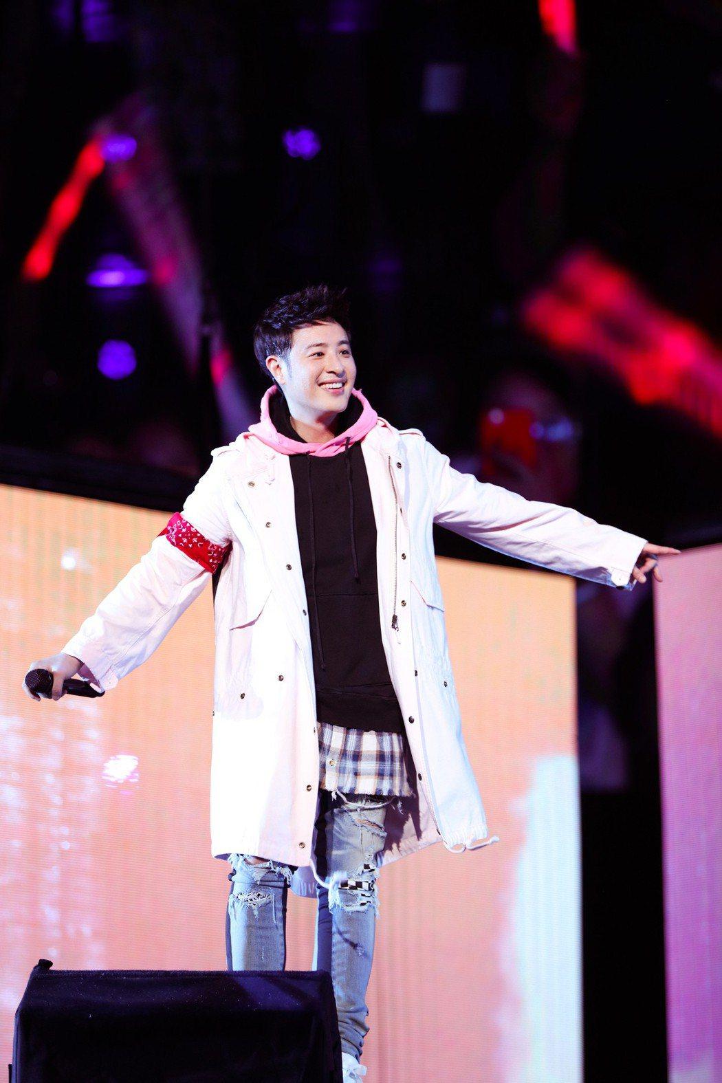 潘瑋柏10日無畏風雨在上海舉行「創使者Coming Home世界巡迴演唱會」。圖...