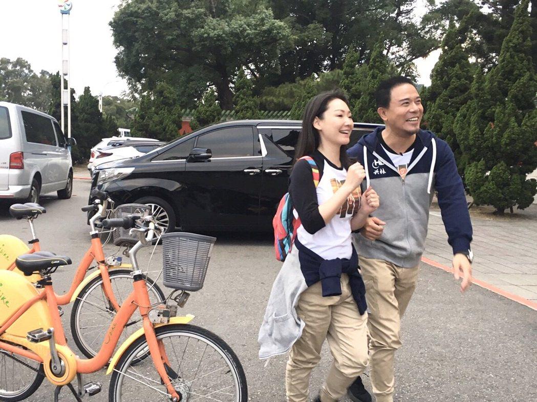 馬幼興和王俐人(左)一起主持紀錄片「回家」。 圖/馬幼興提供