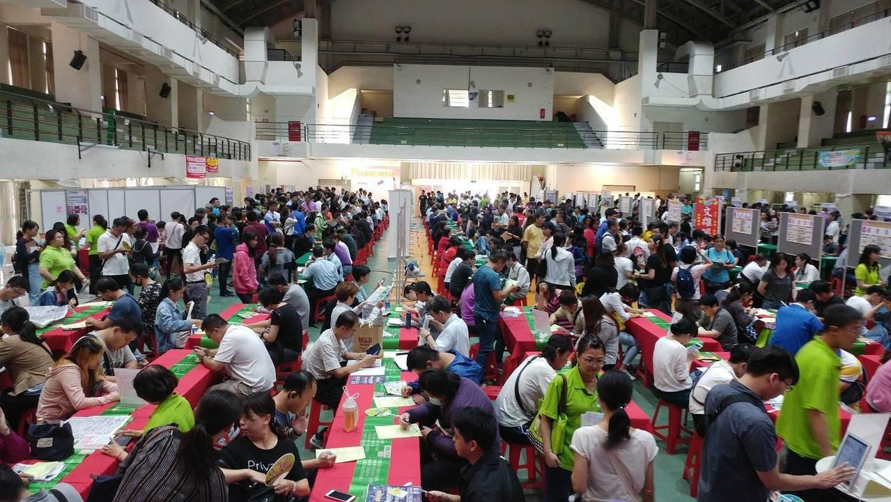 高雄市勞工局本周舉辦6場徵才,共有1200個職缺。圖/高雄市勞工局提供