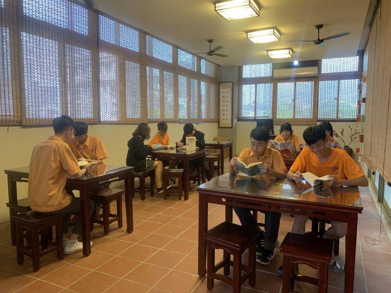 惠文高中圖書館「春秋學院」陳設宛如春水堂,中式風格,外籍學生交換特別熱愛這個空間。記者喻文玟/攝影