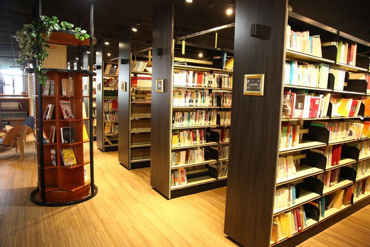 文華高中圖書館「拉皮後」煥然一新,獲選「最美閱讀站」。圖/文華高中提供