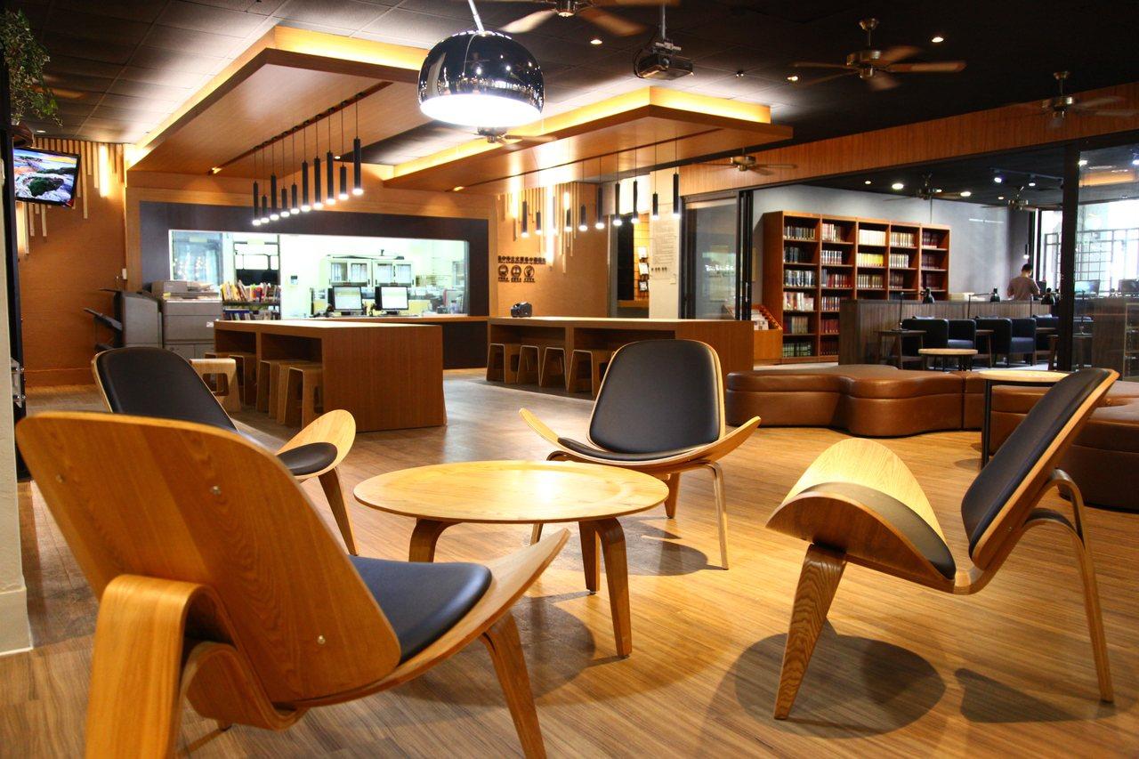 文華高中圖書館「拉皮後」煥然一新,許多小角落都成為多功能共讀空間。圖/文華高中提...