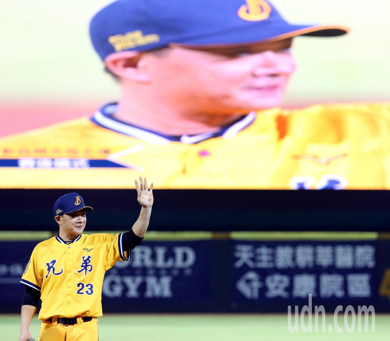 中信兄弟「恰恰」彭政閔昨天打完球員生涯於天母球場的最終戰,賽後發表感言揮手向球迷...