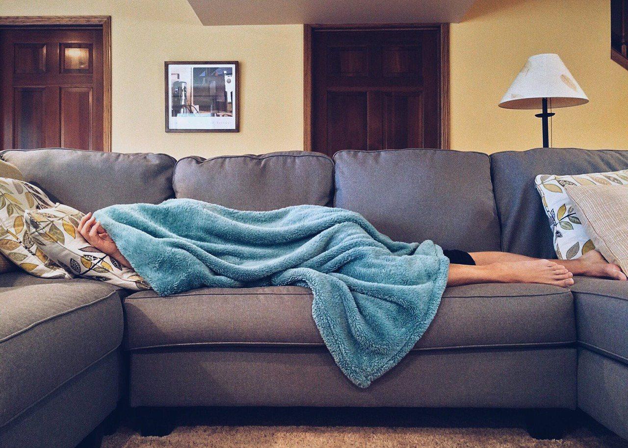 飯後立刻躺著,會讓腸胃的不舒適感增加,消化相對變得很差。圖/摘自 pexels