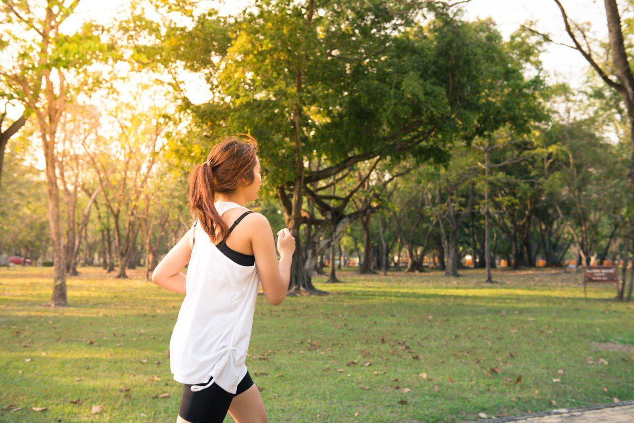 飯後隔段時間可以運動,但不建議做太過劇烈的運動。圖/摘自 pexels