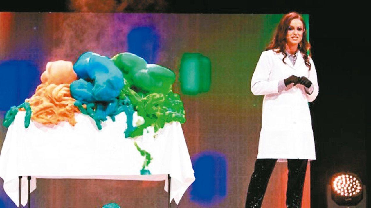 卡蜜兒使用催化劑使洗碗皂快速分解,並加入色素,產生大量彩色氣泡。 圖/卡蜜兒臉書