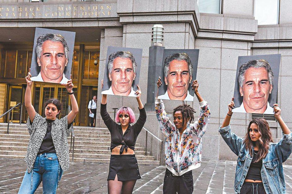 艾普斯坦7月8日在紐約出庭受審時,認為他被縱放的抗議團體舉著他的照片在法院外示威。 (法新社)