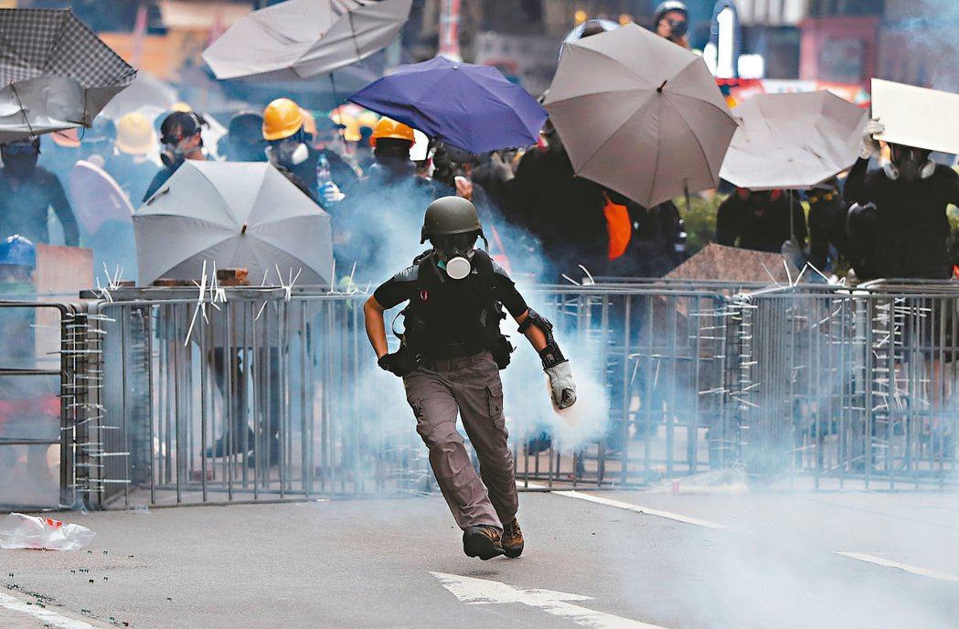 儘管警方反對,香港反送中示威者昨仍在深水埗遊行,並與警方對峙。期間警方發射多枚催...
