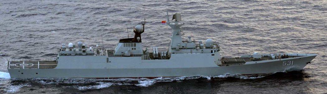 日本自衛隊拍下穿越宮古海峽的中共054A巡防艦「湘潭」號。 圖/日本防衛省