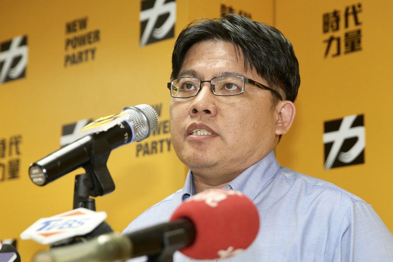 時代力量黨主席邱顯智昨天在中央黨部舉行記者會,宣布即刻辭去黨主席職務。 記者林伯...