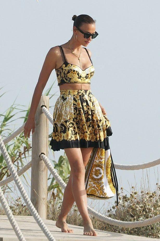 俄羅斯超模伊蓮娜近日被拍到在西班牙度假,同樣也選穿成套的印花VERSACE服飾,...