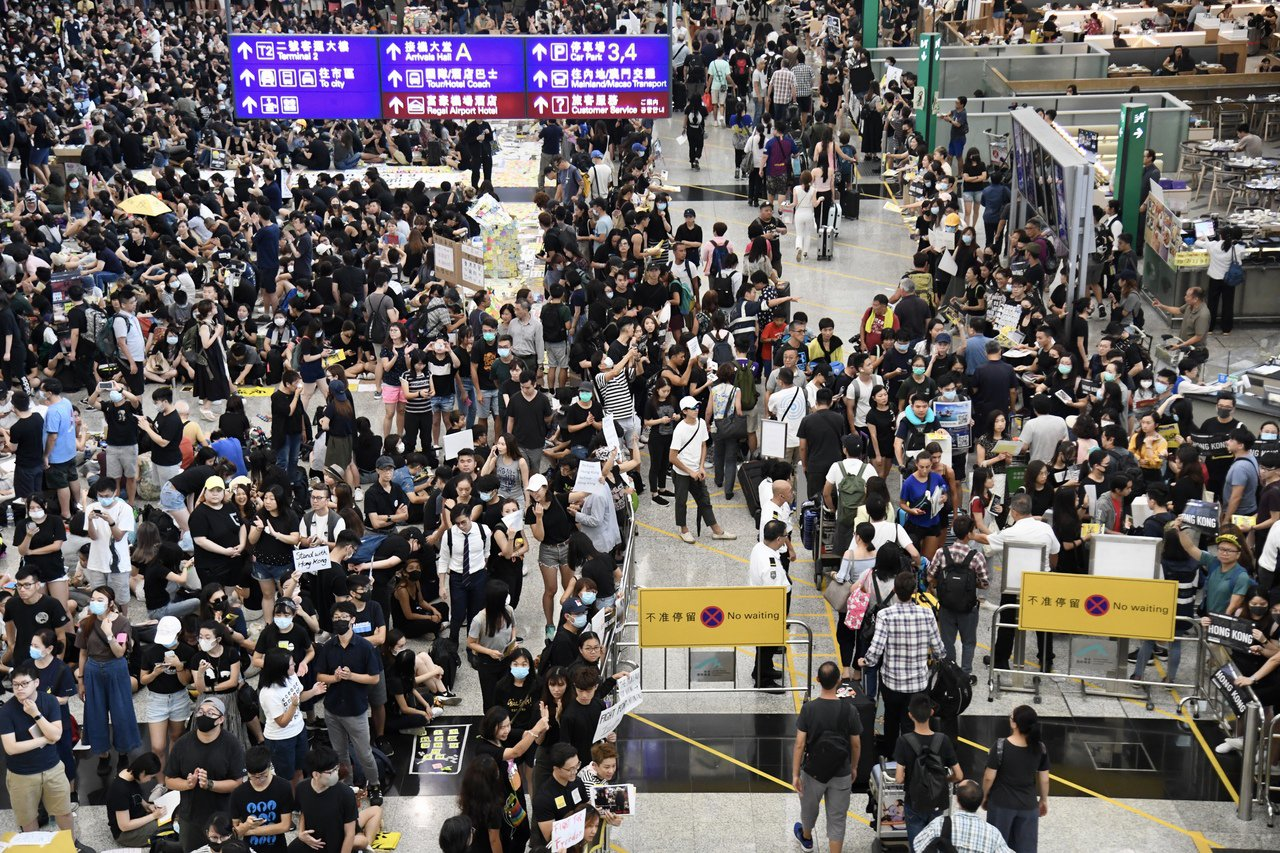 香港機場公告,暫停亞洲國家出發至香港航班。已起飛航班將被轉降。香港中通社圖片