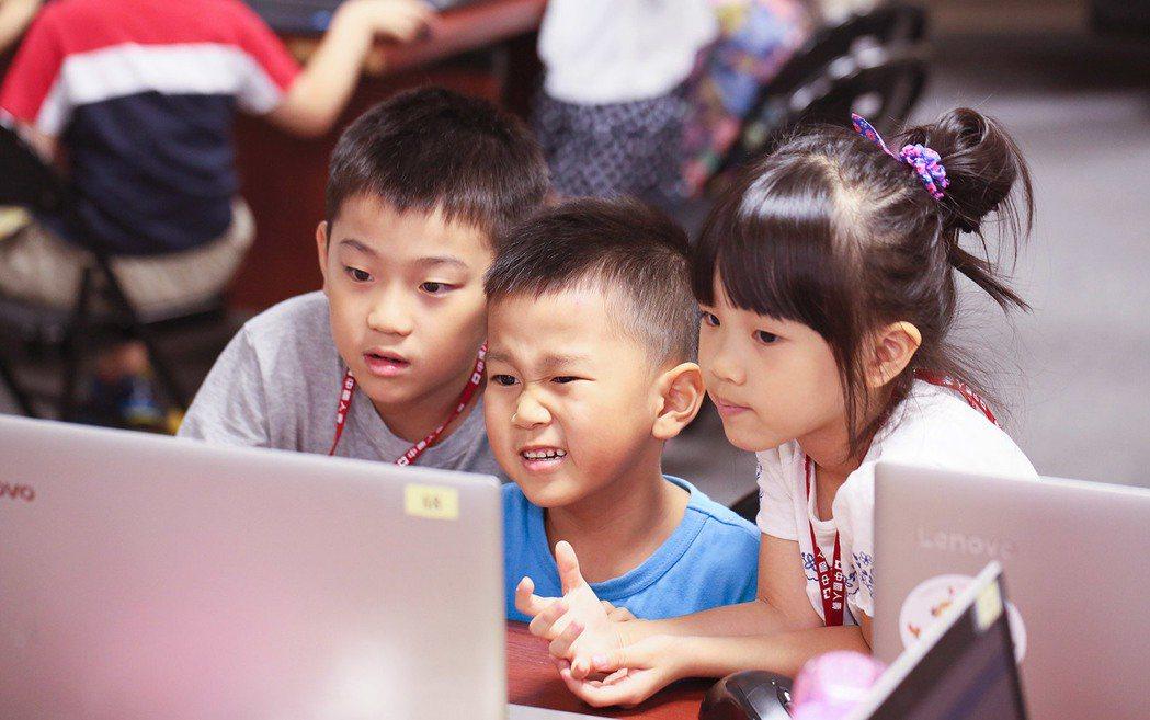 中壽「暑期親子營」以有趣的圖像化把程式概念和邏輯思維放進小腦袋中,讓孩子盡早接觸...