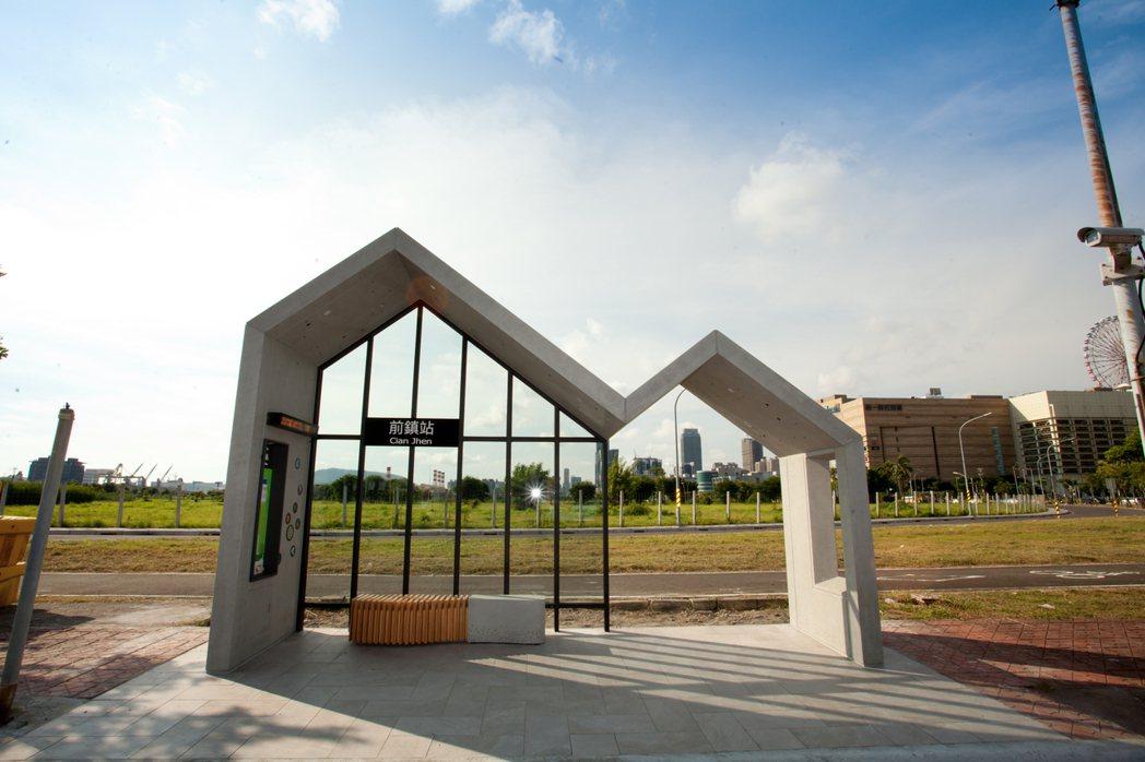 候車亭造型特殊,是基金會精心的構思,營造家庭遮風避雨溫暖的意象。 瑞儀基金會/提...