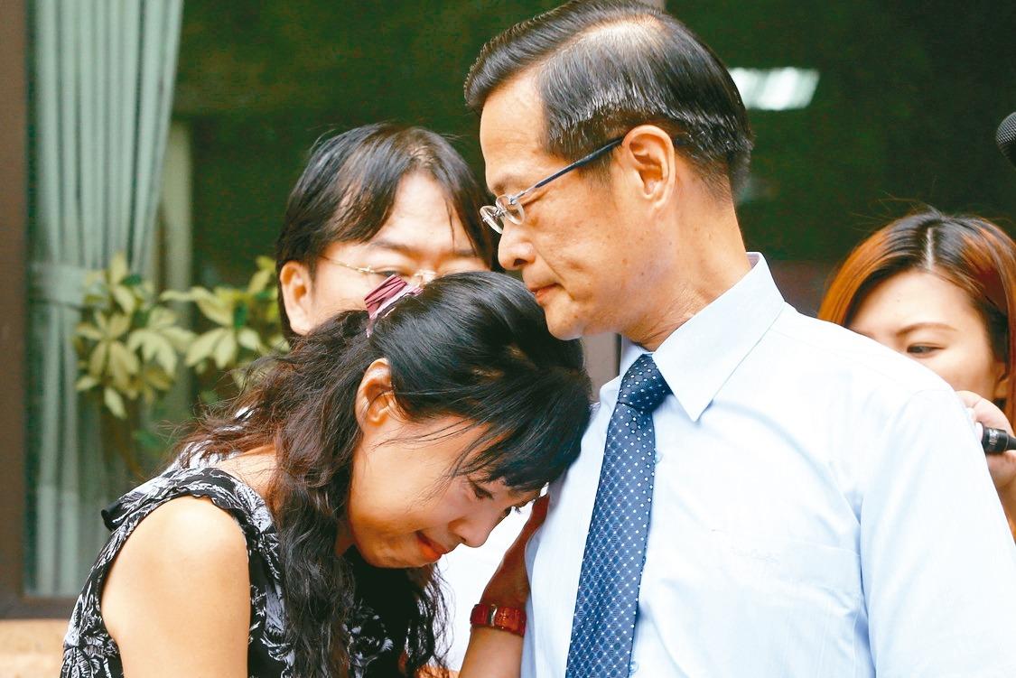 女法官楊絮雲(左)說明遭最高法院霸凌經過,丈夫高院刑事庭庭長周盈文(右)也陪同,...