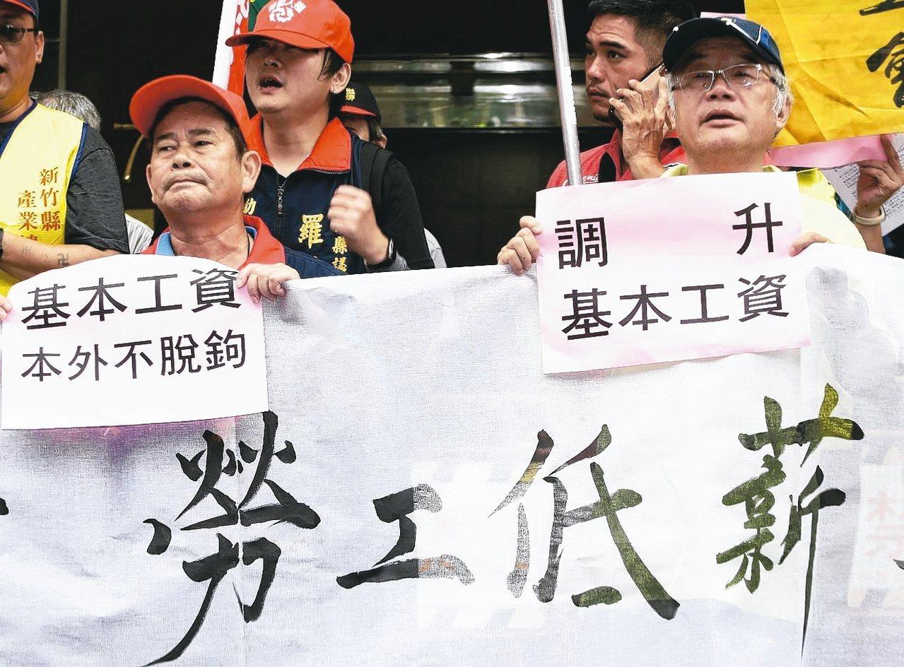 團結工聯上午在勞動部前舉行記者會,要求調升基本工資、反對本外勞脫鉤。 記者曾原信...