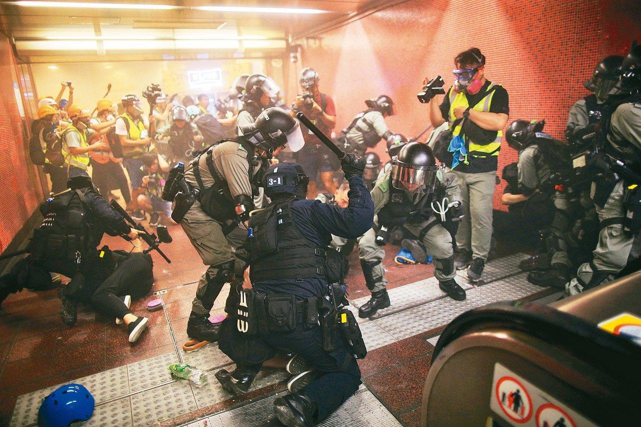 香港反送中遊行11日多區爆發衝突,防暴警察晚間衝入港鐵太古站,持棍追捕多名示威者...