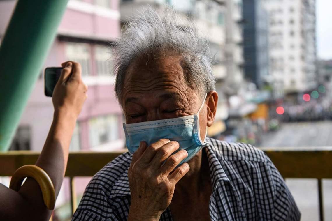 深水埗一名老人受催淚彈影響。 圖/法新社