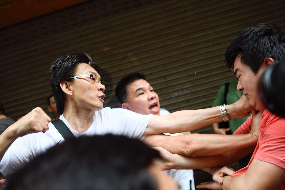 反送中示威運動,各種「臥底混入鬧事」的質疑越來越大。圖為一名親北京支持者(右)與...