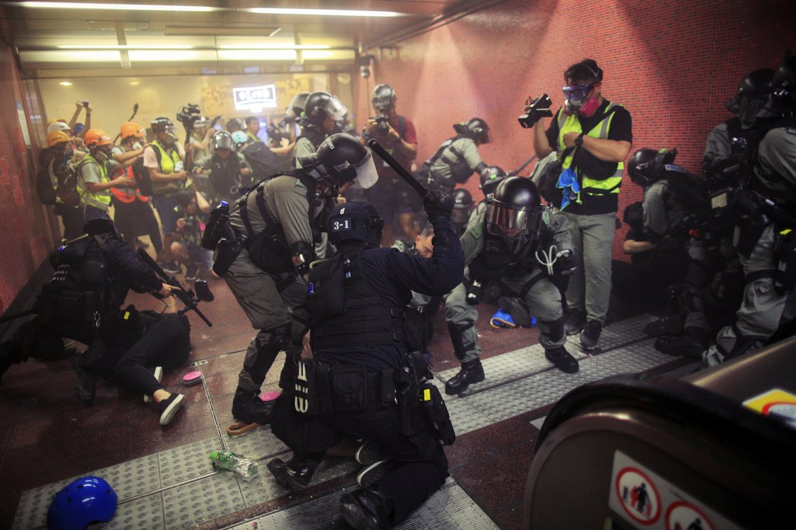 太古站內的鎮壓行動,港警先是在1~2公尺的超近危險距離內,朝示威者「密集輪射鎮暴...