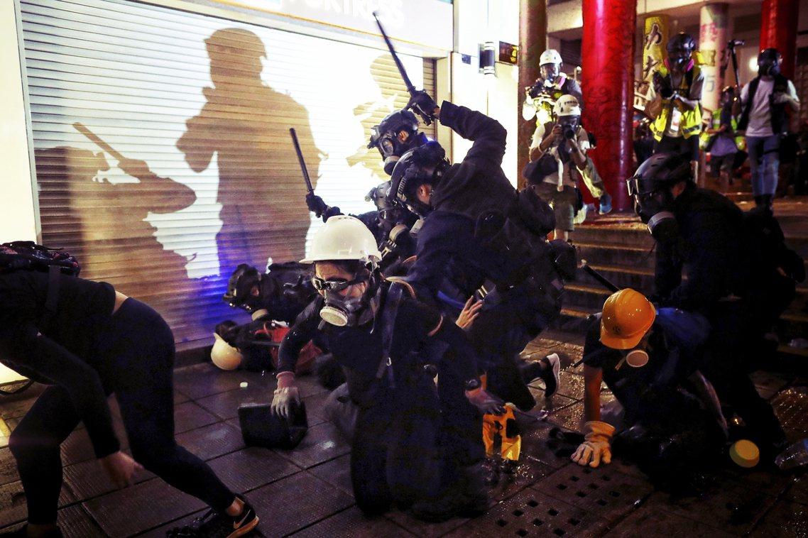 尖沙咀的鎮壓。幾次行動下來,快閃群眾屢遭優勢警力重重包圍,前線鎮暴的力度手段更越...