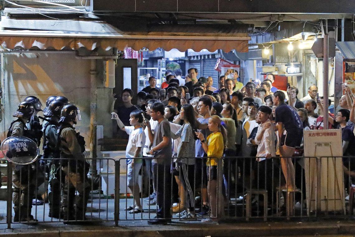 香港西灣河,警方與當地居民對峙。 圖/美聯社