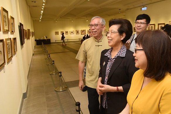 監察院院長張博雅(左二)參觀「湧動-張萬傳110歲紀念展」。 國父紀念館/提供