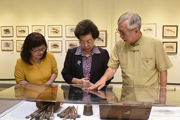 監察院院長張博雅(中)參觀畫展,對張萬傳文物相當關心。 國父紀念館/提供