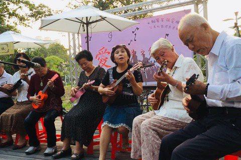 安泰社區的湖畔音樂會,長輩們以烏克麗麗演奏大顯身手。 圖/安泰社區發展協會提供