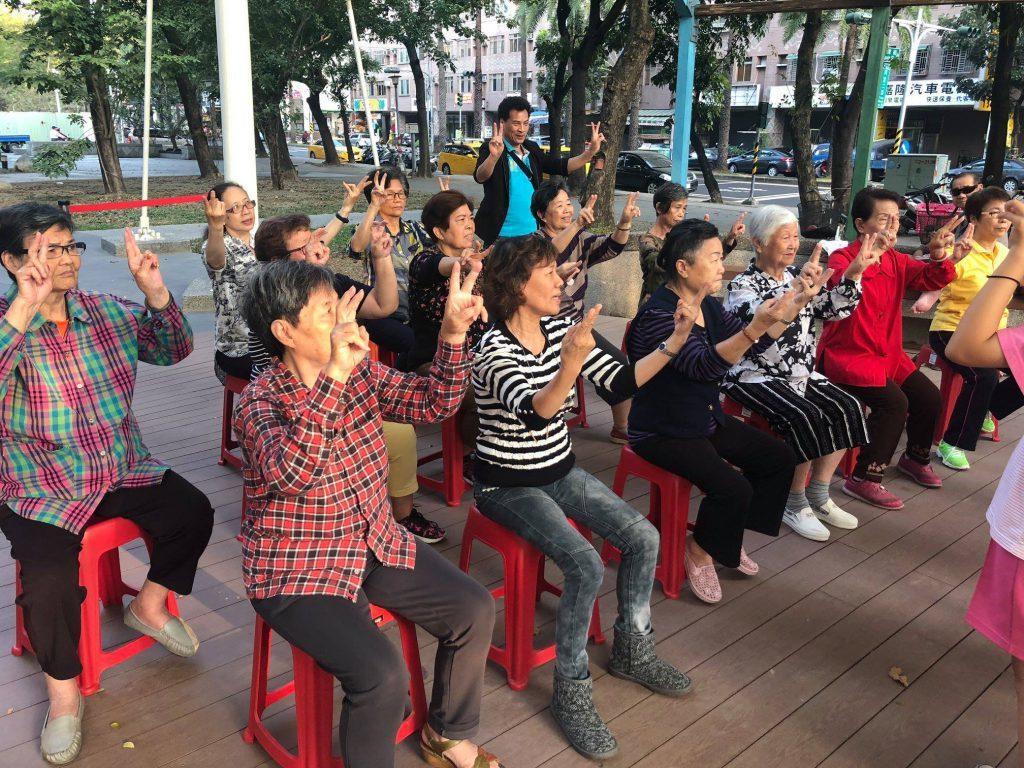 校園團體也是社區長輩們的資源,帶來團康活動陪伴長輩。 圖/安泰社區發展協會提供