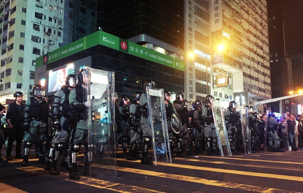 「向前行!」晚上大約九點半,旺角警署前一大批防暴警察一聲大喝後迅速推進,急遽拉近...