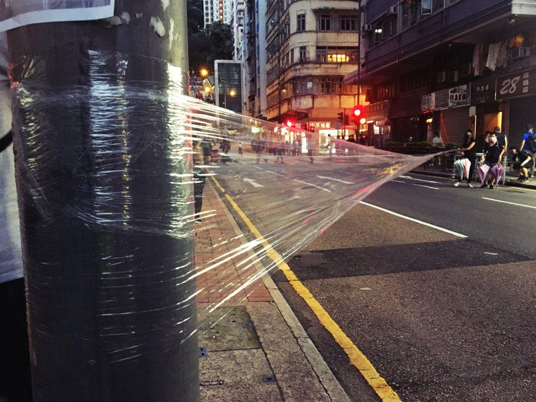 吸收了8月3日在旺角的經驗,以保鮮膜拉出一張橫跨馬路的網子,使車輛無法前進。 圖...