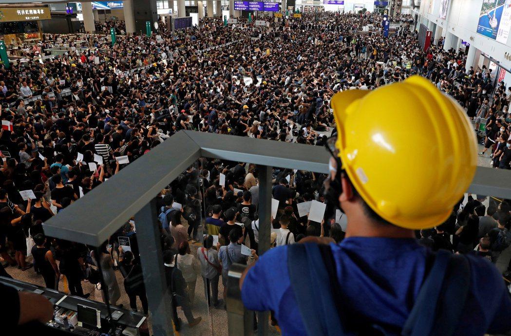 8月11日警方暴力鎮壓後,圖為12日抗爭者們再次於赤鱲角國際機場集會,向國際發聲...