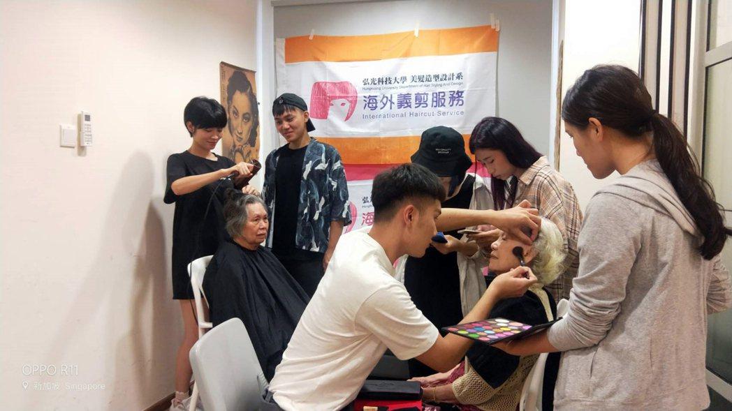 到新加坡實習學生在當地進行海外義剪。 弘光科大/提供。